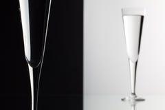 Verres de l'eau sur le bureau en verre Photo libre de droits