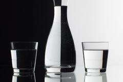 Verres de l'eau sur le fond noir et blanc Photo stock
