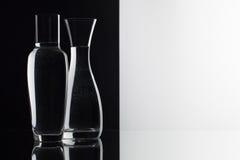 Verres de l'eau sur le fond noir et blanc Photos stock