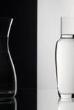 Verres de l'eau sur le fond noir et blanc Image libre de droits