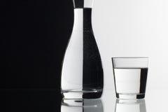 Verres de l'eau sur le fond noir et blanc Photo libre de droits