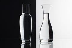 Verres de l'eau sur le fond noir et blanc Photographie stock