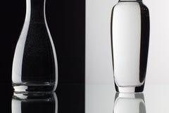 Verres de l'eau sur le fond noir et blanc Photographie stock libre de droits