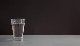 Verres de l'eau sur le fond noir Nutrition saine Image libre de droits