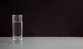 Verres de l'eau sur le fond noir Nutrition saine Photos stock