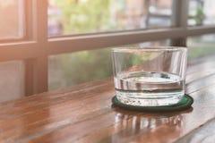 Verres de l'eau sur une table en bois Foyer sélectif DOF peu profond Image libre de droits