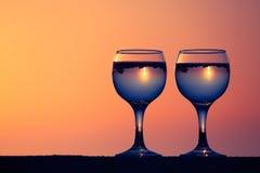 Verres de la vigne blanche avec des réflexions des maisons et de la vue au beau coucher du soleil photographie stock libre de droits