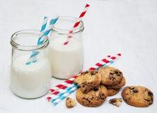 Verres de lait et de biscuits images libres de droits