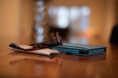 Verres de lecture et leur cas se reposant sur le comprimé électronique de lecteur sur une table en bois image stock