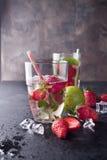 Verres de limonade avec des fraises Images libres de droits