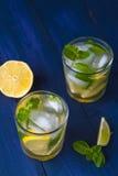 Verres de limonade avec le citron, la chaux et la menthe Photographie stock libre de droits