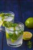 Verres de limonade avec les feuilles en bon état et les glaçons Photo stock