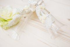 Verres de mariage avec la fleur Photographie stock libre de droits