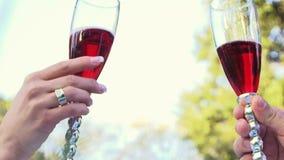 Verres de mariage avec le champagne banque de vidéos