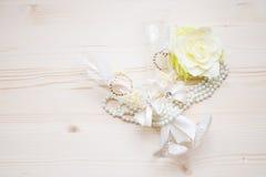 Verres de mariage avec les perles et la fleur Photographie stock