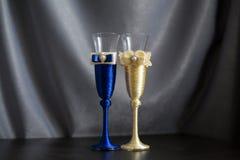 Verres de mariage sur une table Image libre de droits