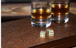 Verres de matrices et en verre sur un conseil en bois images stock