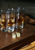 Verres de matrices et en verre sur un conseil en bois photo libre de droits