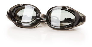 Verres de natation noirs d'isolement sur le fond blanc Photo stock
