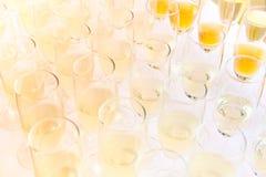 Verres de partie remplis de champagne photographie stock libre de droits