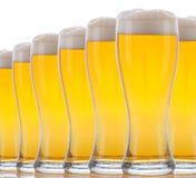 Verres de plan rapproché de bière mousseuse Photos stock
