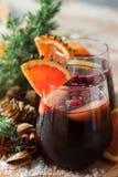 Verres de poinçon pour l'hiver et le Noël avec les fruits et le vin Photos stock