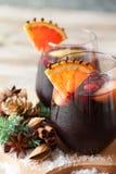 Verres de poinçon pour l'hiver et le Noël avec les fruits et le vin Photographie stock