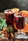 Verres de poinçon pour l'hiver et le Noël avec les fruits et le vin Images libres de droits