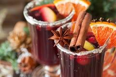 Verres de poinçon pour l'hiver et le Noël avec les fruits et le vin Image libre de droits