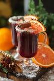 Verres de poinçon pour l'hiver et le Noël avec les fruits et le vin Photographie stock libre de droits