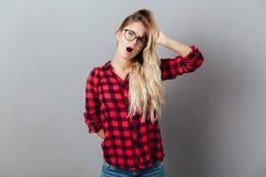 Verres de port choqués de jeune femme blonde Photos libres de droits