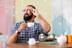 Verres de port d'homme d'affaires réussi ayant la pause-café dans le cafétéria images libres de droits