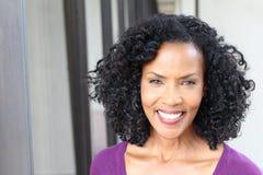 Verres de port de femme supérieure magnifique d'Afro-américain avec l'espace de copie image libre de droits