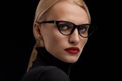 Verres de port de mode de femme Femelle avec les lèvres rouges dans l'Eyewear Photos stock
