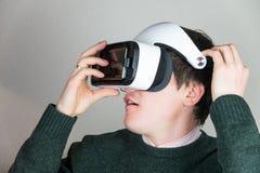 Verres de port de réalité virtuelle Photos stock