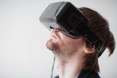 Verres de port de réalité virtuelle d'homme bel d'isolement sur un fond gris photo libre de droits