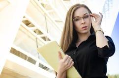 verres de port de femme d'affaires tenant un dossier jaune Photo libre de droits