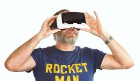 Verres de port google de réalité virtuelle d'homme mûr/VR photo libre de droits
