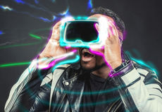 Verres de port google de réalité virtuelle de jeune homme/VR photo stock