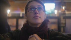 Verres de port de jeune femme banque de vidéos