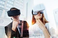 Verres de port de réalité virtuelle de couples réfléchis Image stock