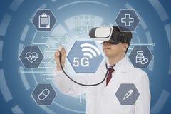 Verres de port de réalité virtuelle de docteur masculin concept 5G médical Rayon X de grande maison photo stock
