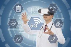 Verres de port de réalité virtuelle de docteur masculin concept 5G médical Rayon X de grande maison photo libre de droits