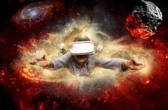 Verres de port de réalité virtuelle de jeune homme Photographie stock libre de droits