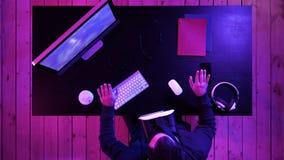 Verres de port de réalité virtuelle de jeune homme bel manoeuvrant des objets de vr photographie stock