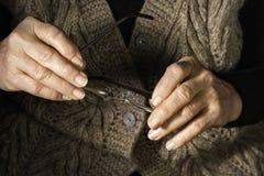 Verres de prise de mains de femmes Photographie stock libre de droits