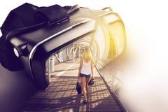 Verres de réalité virtuelle, avec l'image tridimensionnelle de la femme W Photographie stock libre de droits