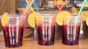 verres de sangria dans un aliment, boisson régénératrice d'été Images libres de droits