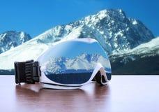 Verres de ski contre des montagnes Image stock