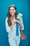 Verres de soleil de port de sourire de femme tenant le passeport avec le billet f Photo stock